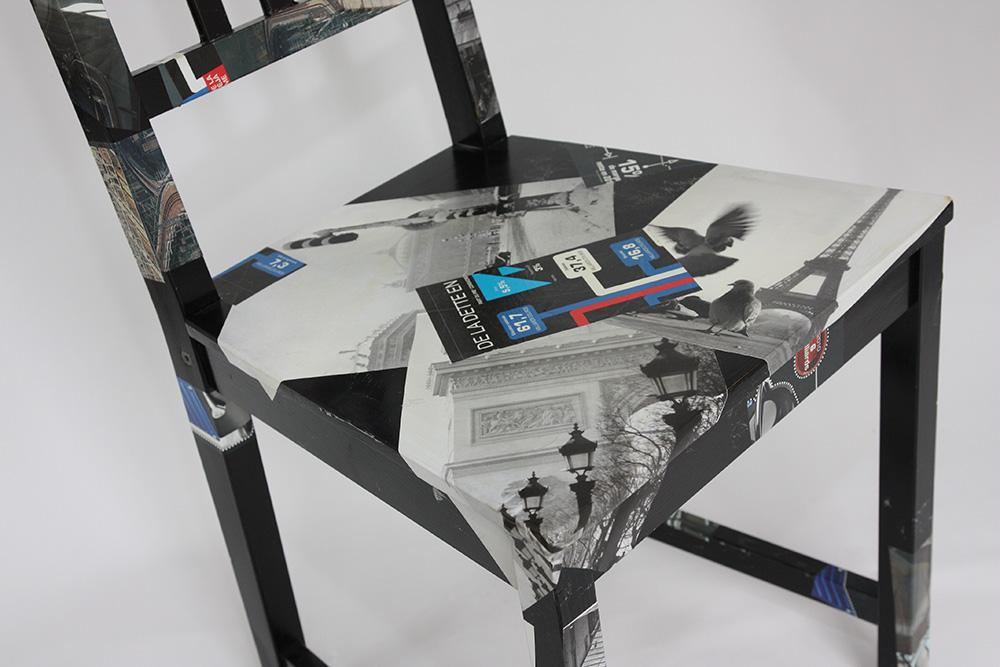 Collages sur chaise en bois